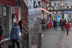 Eschwege / Auf dem Stad: zwei Eschweger KünstlerInnen bemalten die Säule mit ihrem Motiv zum Jugendwerkhof Torgau