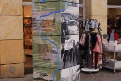 .... längs einer Säulenseite zeigt die Würfelsäule NEULAND eine Bild-Text-Collage über eine Fahrradtour entlang des ehemaligen Grenzflusses Werra - handcollorierte schwarz-weiß-Fotos illustrieren ein nachdenklich stimmendes  Gedicht