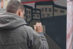 Die Grafittis gehen zurück auf eine Diskussion unter beteiligten Jugendlichen, die in Archiven keine Fotos fanden, die die Brutalität des Staates gegenüber jungen Menschen in der DDR wiedergaben.