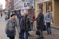 Gotha /Neumakrt: PassantInnen an der Würfelsäule MACHT
