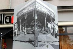 Würfelsäule ALLTAG: Der obere Würfel zeigt über zwei Seiten das Foto eines Karussells in Dresden 1981 - ein Südseetraum, der sich auf der Stelle dreht ...  (Foto: Harald Hauswald Bundesstiftung Aufarbeitung, Ostkreuz 900000hh243.jpg)